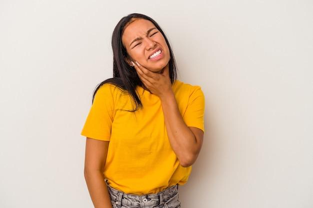 Jeune femme latine isolée sur fond blanc ayant une forte douleur dentaire, une douleur molaire.