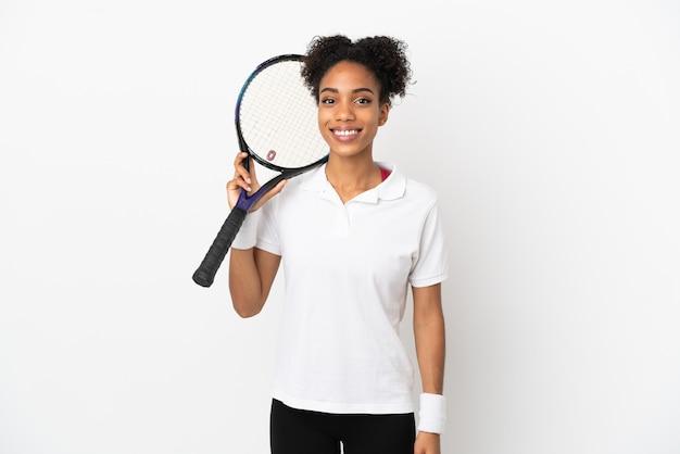 Jeune femme latine isolée sur fond blanc, jouer au tennis