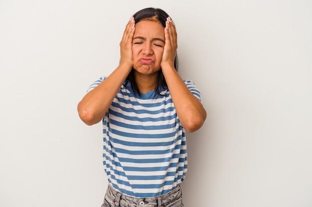 Jeune femme latine isolée sur fond blanc pleurnichant et pleurant de manière inconsolable.