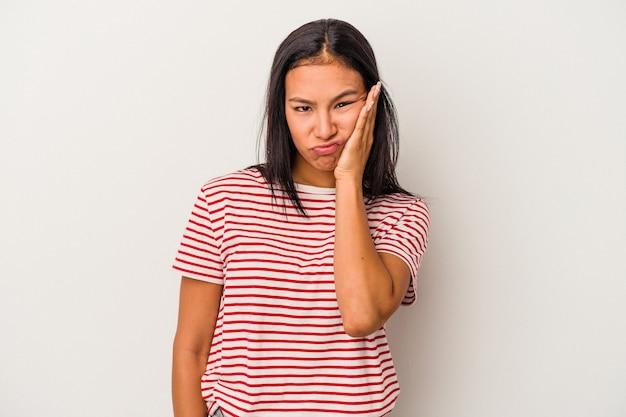 Jeune femme latine isolée sur fond blanc qui se sent triste et pensive, regardant l'espace de copie.