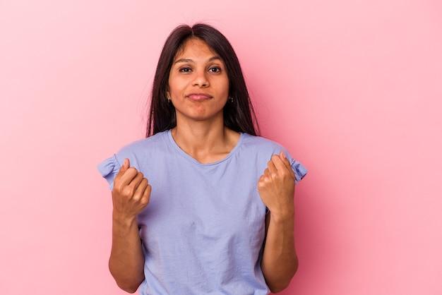 Jeune femme latine isolée sur fond rose montrant qu'elle n'a pas d'argent.