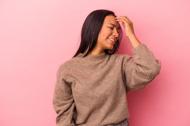 Jeune femme latine isolée sur fond rose riant émotion heureuse, insouciante et naturelle.