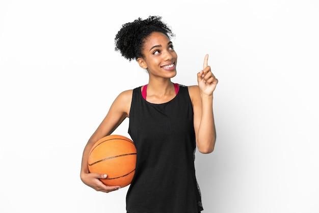 Jeune femme latine de joueur de basket-ball d'isolement sur le fond blanc indiquant une grande idée