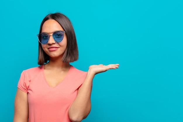 Jeune femme latine avec des lunettes de soleil et un espace de copie
