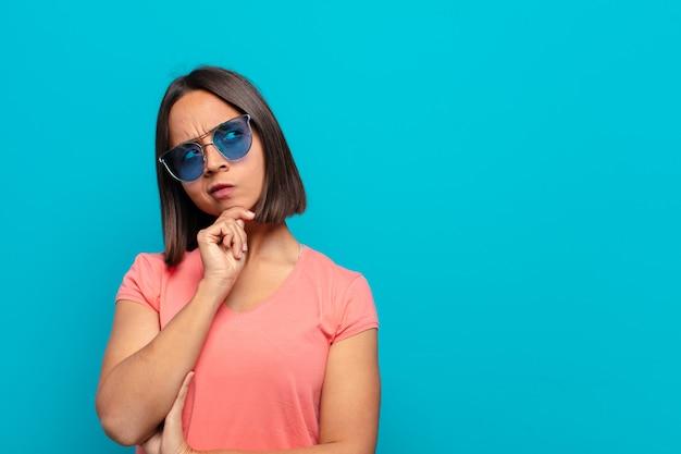 Jeune femme latine avec des lunettes de soleil