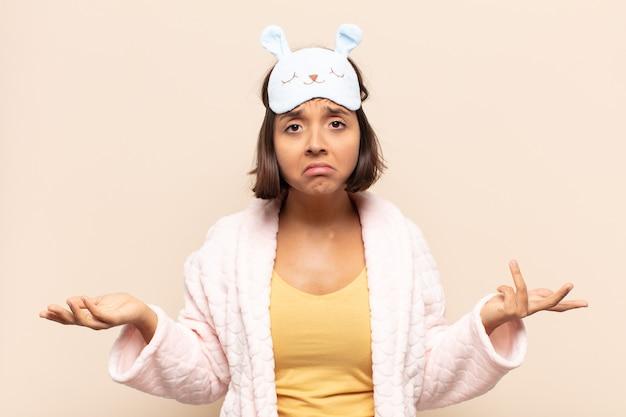 Jeune femme latine perplexe et confuse, incertaine de la bonne réponse ou décision, essayant de faire un choix