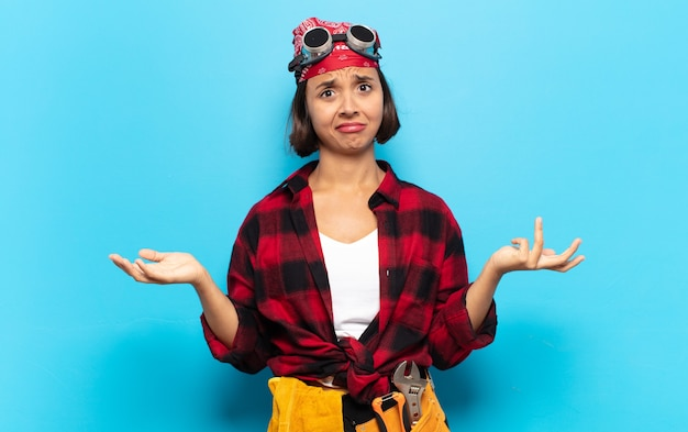 Jeune femme latine à la perplexité, confus et stressé, se demandant entre les différentes options, se sentant incertain