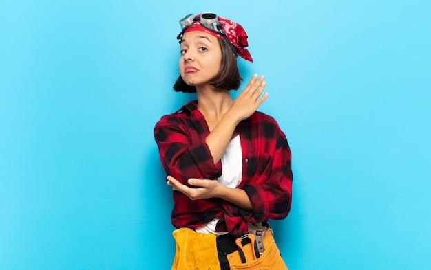 Jeune femme latine se sentant confuse et désemparée, s'interrogeant sur une explication ou une pensée douteuse