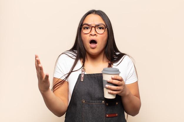 Jeune femme latine se sentant extrêmement choquée et surprise, anxieuse et paniquée, avec un regard stressé et horrifié