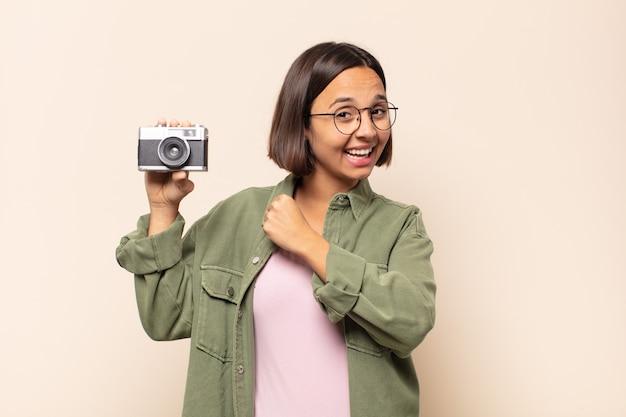 Jeune femme latine se sentant heureuse, positive et réussie, motivée face à un défi ou célébrant de bons résultats