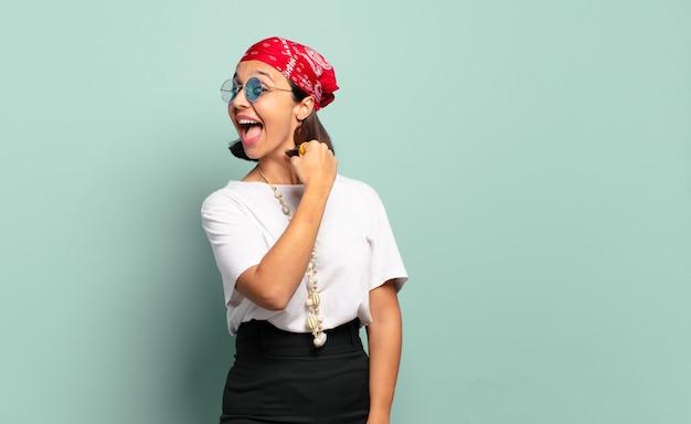 Jeune femme latine se sentant heureuse, positive et réussie, motivée face à un défi ou à la célébration de bons résultats