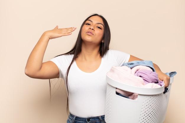 Jeune femme latine se sentant stressée, anxieuse, fatiguée et frustrée, tirant le cou de chemise, à la frustration de problème