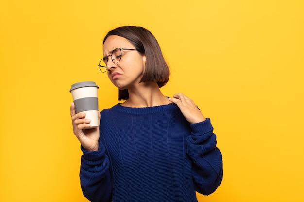 Jeune femme latine se sentant stressée, anxieuse, fatiguée et frustrée, tirant le cou de la chemise, semblant frustrée par le problème