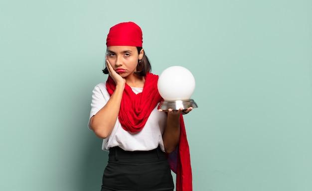 Jeune femme latine se sentir ennuyé, frustré et somnolent après une tâche fastidieuse, terne et fastidieuse, tenant le visage avec la main