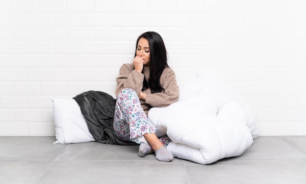 Jeune femme latine va dormir sur un mur isolé