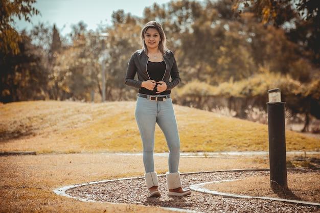 Jeune femme latino-américaine de modélisation dans le parc au coucher du soleil
