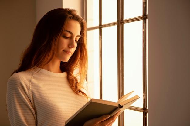Jeune femme, lecture livre, chez soi