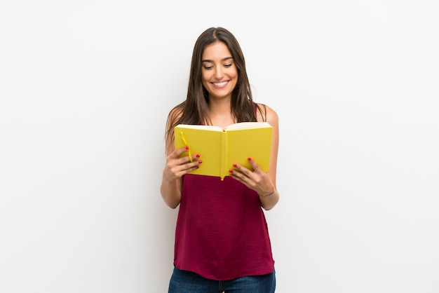 Jeune femme et lecture d'un livre