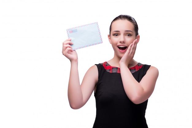 Jeune femme avec une lettre isolée sur blanc