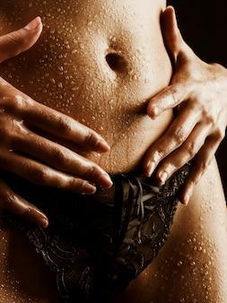 Jeune femme en lingerie noire