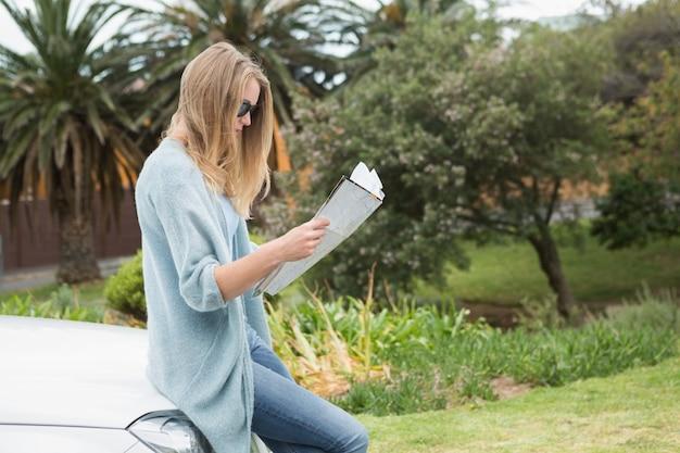 Jeune femme lisant une carte