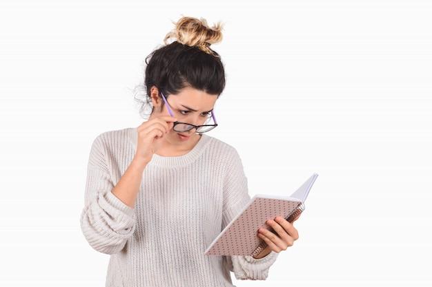 Jeune femme lisant un livre sur blanc