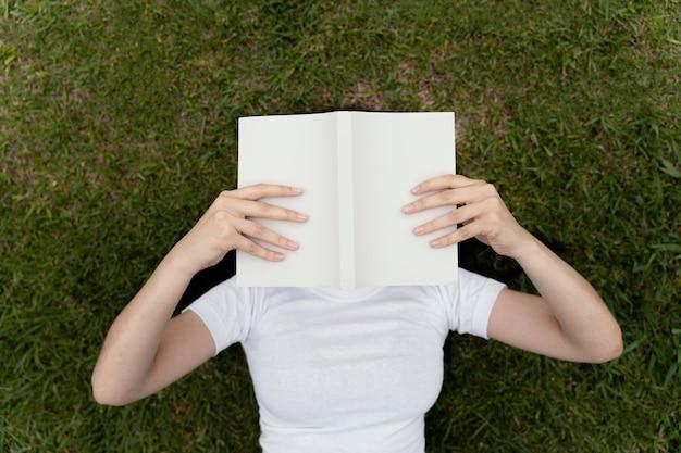Jeune femme lisant un livre intéressant