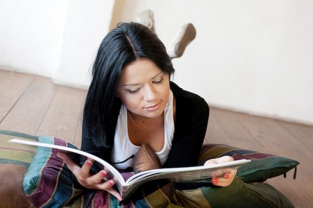 Jeune femme lit le magazine