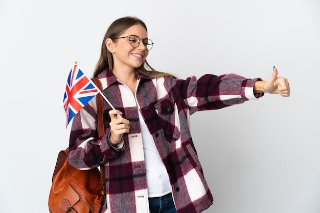 Jeune femme lituanienne tenant un drapeau du royaume-uni isolé