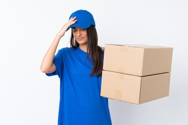 Jeune femme de livraison ayant des doutes avec l'expression du visage confus