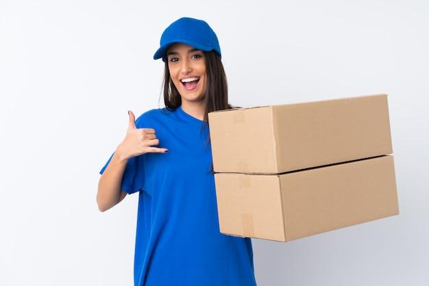 Jeune femme de livraison sur blanc faisant geste de téléphone