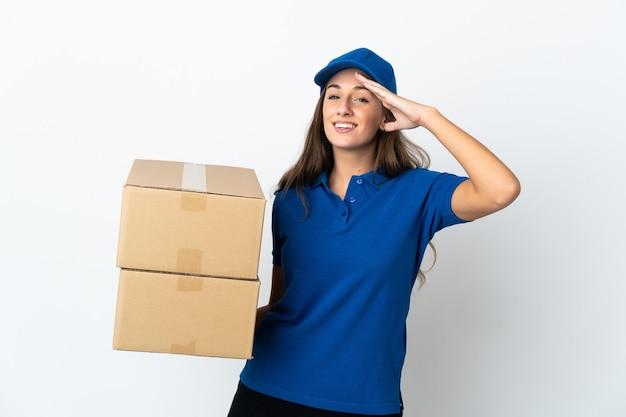 Jeune femme de livraison sur blanc isolé saluant avec la main avec une expression heureuse