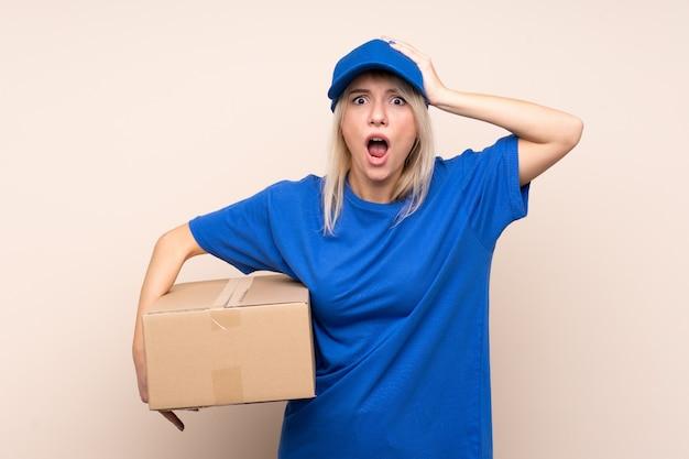 Jeune femme de livraison avec une expression faciale surprise