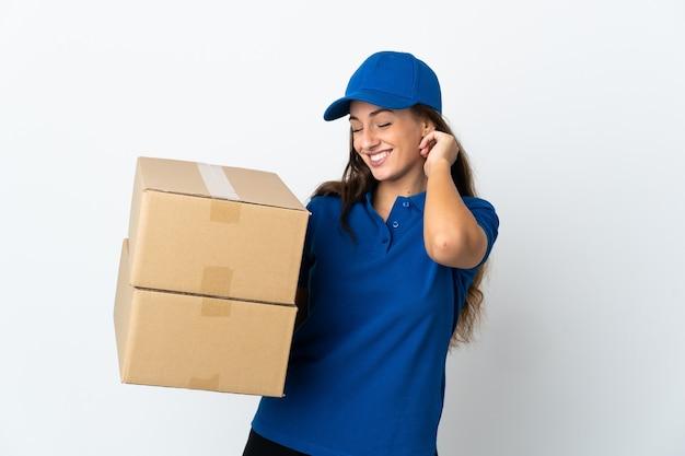 Jeune femme de livraison sur fond blanc isolé en riant
