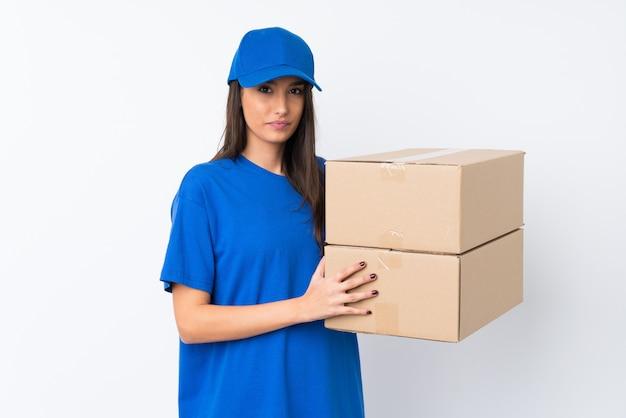 Jeune femme de livraison en gardant les bras croisés