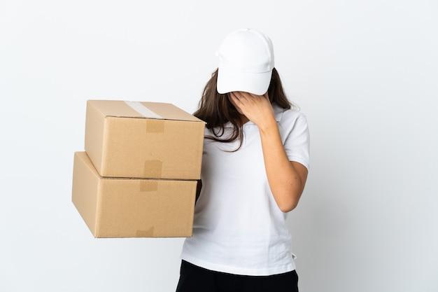 Jeune femme de livraison sur un mur blanc isolé avec une expression fatiguée et malade