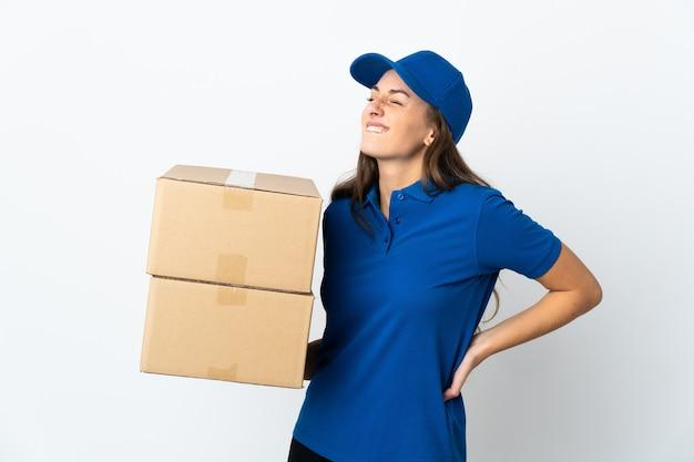 Jeune femme de livraison sur un mur blanc isolé souffrant de maux de dos pour avoir fait un effort