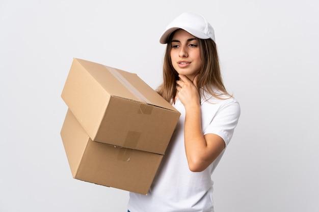 Jeune femme de livraison sur mur blanc isolé toussant beaucoup