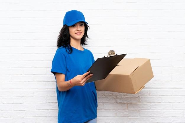 Jeune femme de livraison
