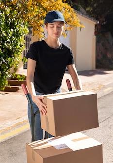 Jeune femme livrant une commande