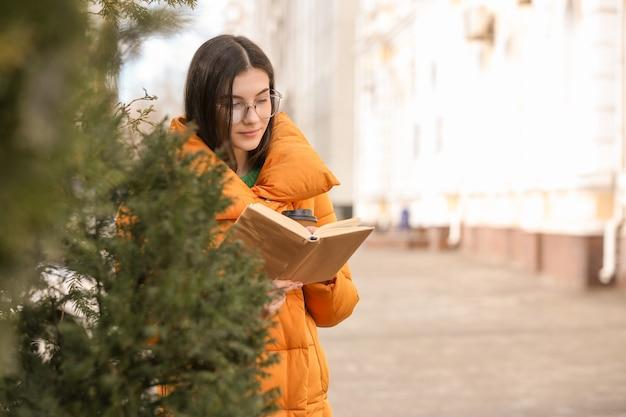 Jeune femme, livre lecture, dehors