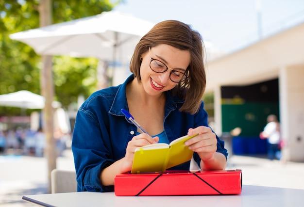 Jeune femme avec un livre à l'université