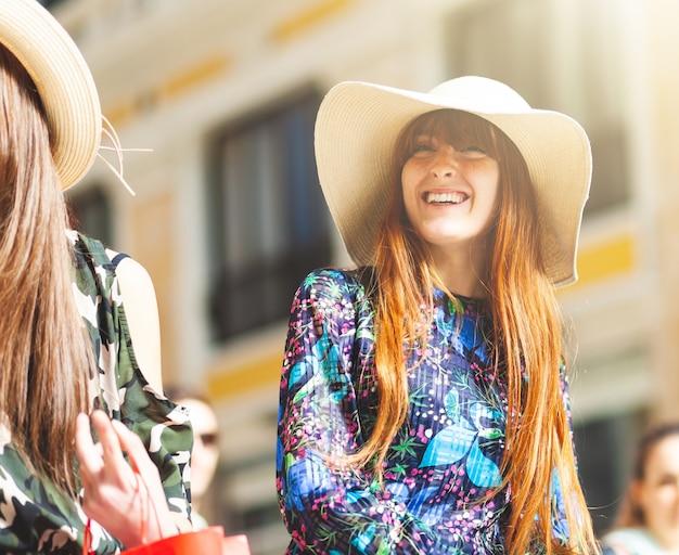 Jeune femme lors d'une promenade dans le centre de naples.