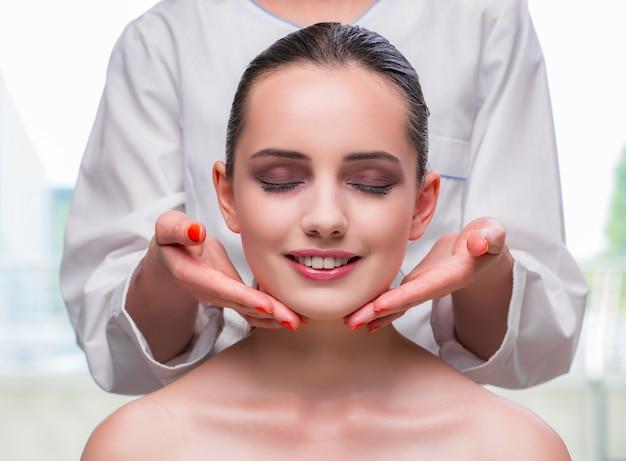 Jeune femme lors d'une séance de massage du visage et de la peau