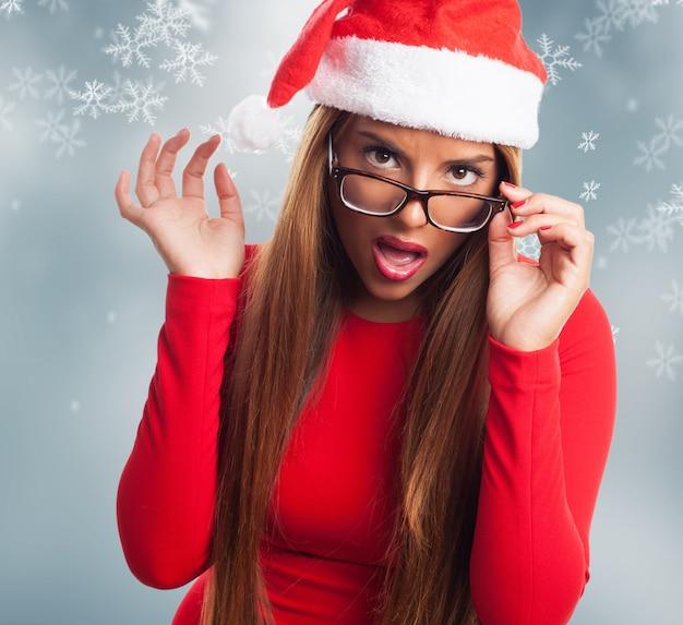 Jeune femme avec des lunettes sur fond noël