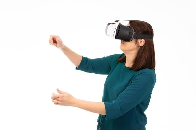 Jeune femme à lunettes de réalité virtuelle (vr). isolé sur fond blanc