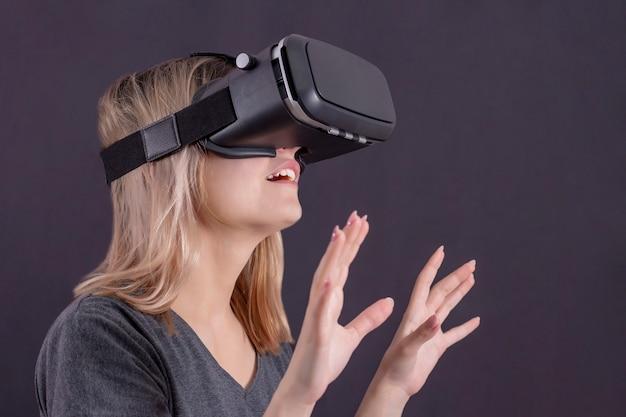Jeune femme à lunettes de réalité virtuelle