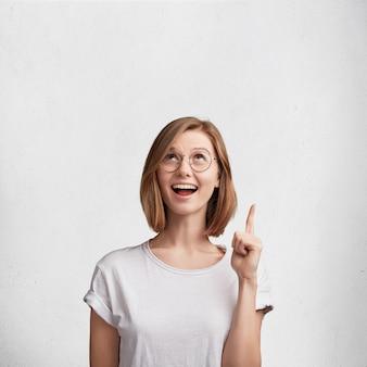 Jeune femme, à, lunettes rondes, et, t-shirt blanc