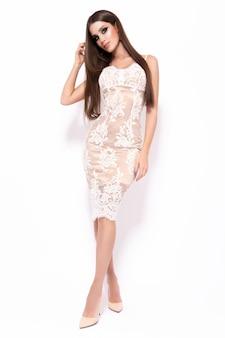 Jeune femme magnifique en robe de luxe.