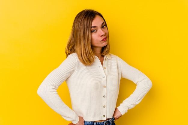 Jeune femme maigre caucasienne fronçant les sourcils de mécontentement, garde les bras croisés.